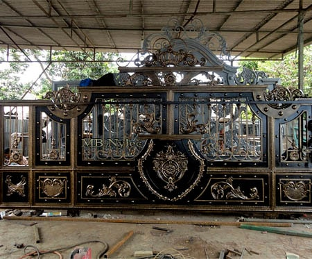 Exclusive gilded sliding gate of the Oriental type