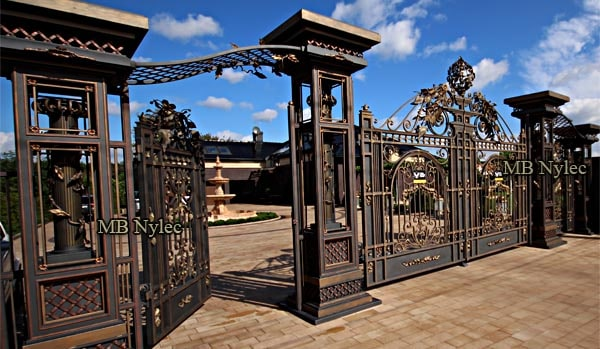 Exclusive large gate set with four massive openwork columns