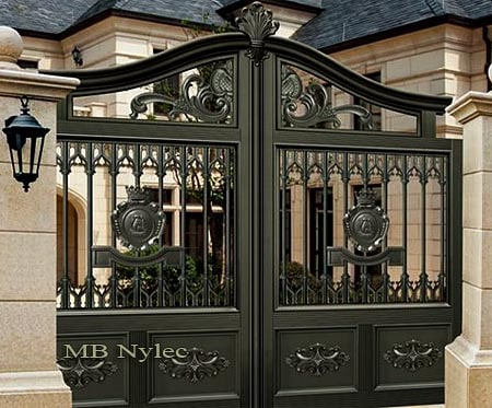 Forged gate with courtly design and oriental elements