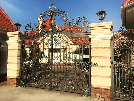 Gate with a permanent crown and coat of arms