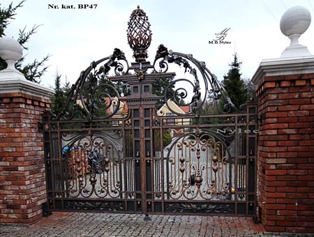 traditional-forged-gate-court