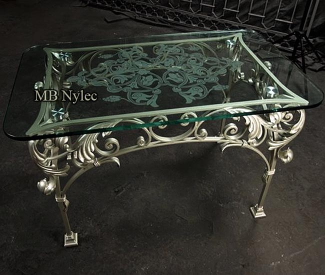 Forged table with acanthus glamor style